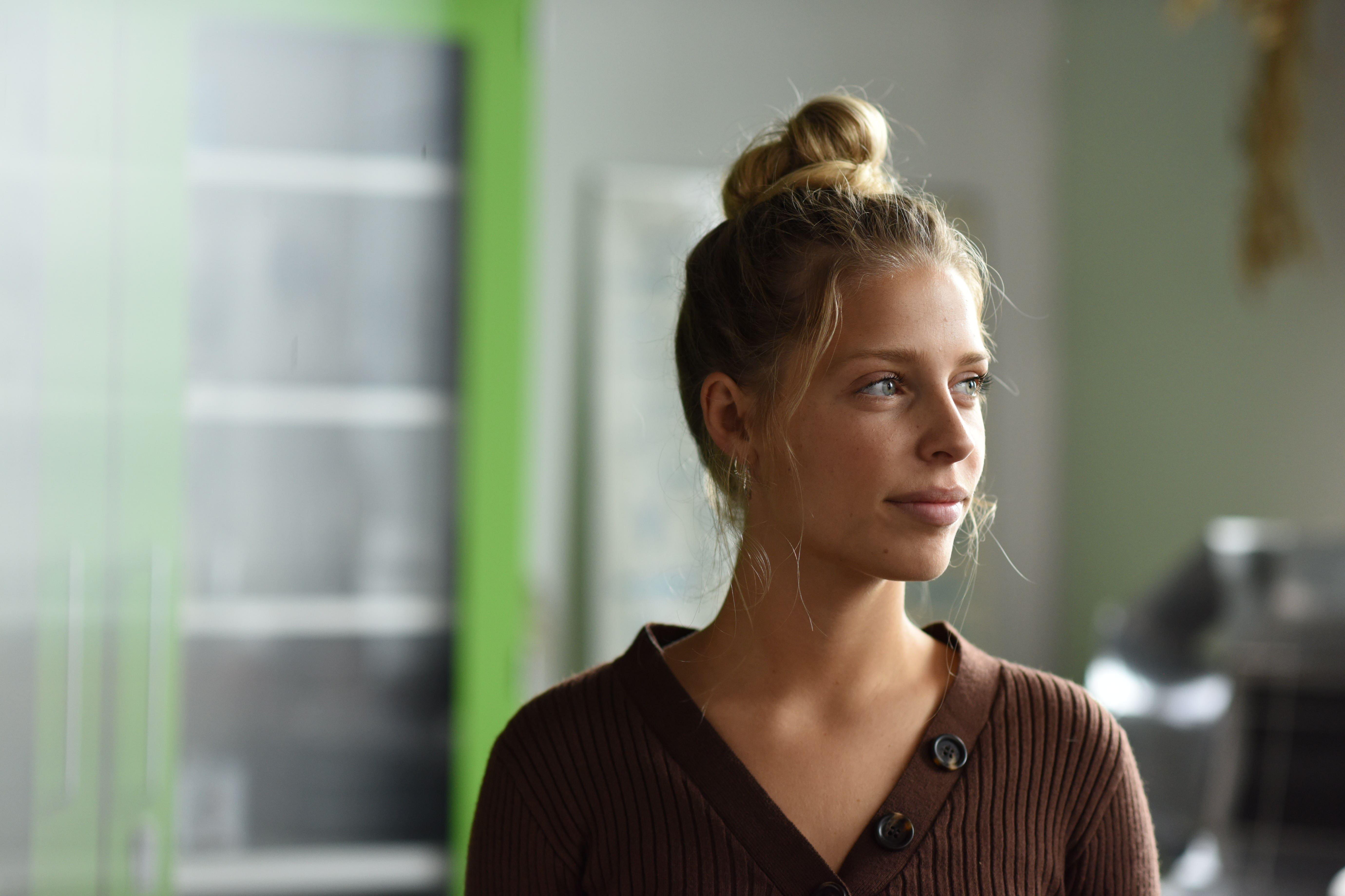Portræt af lærerstuderende ung kvinde med opsat lyst hår
