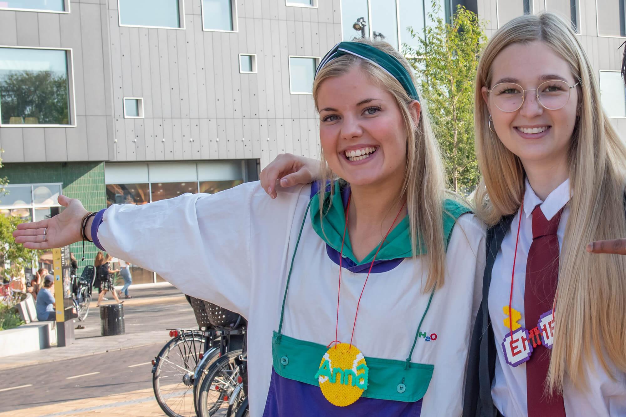 To lærerstuderende står foran Campus Carlsberg og smiler