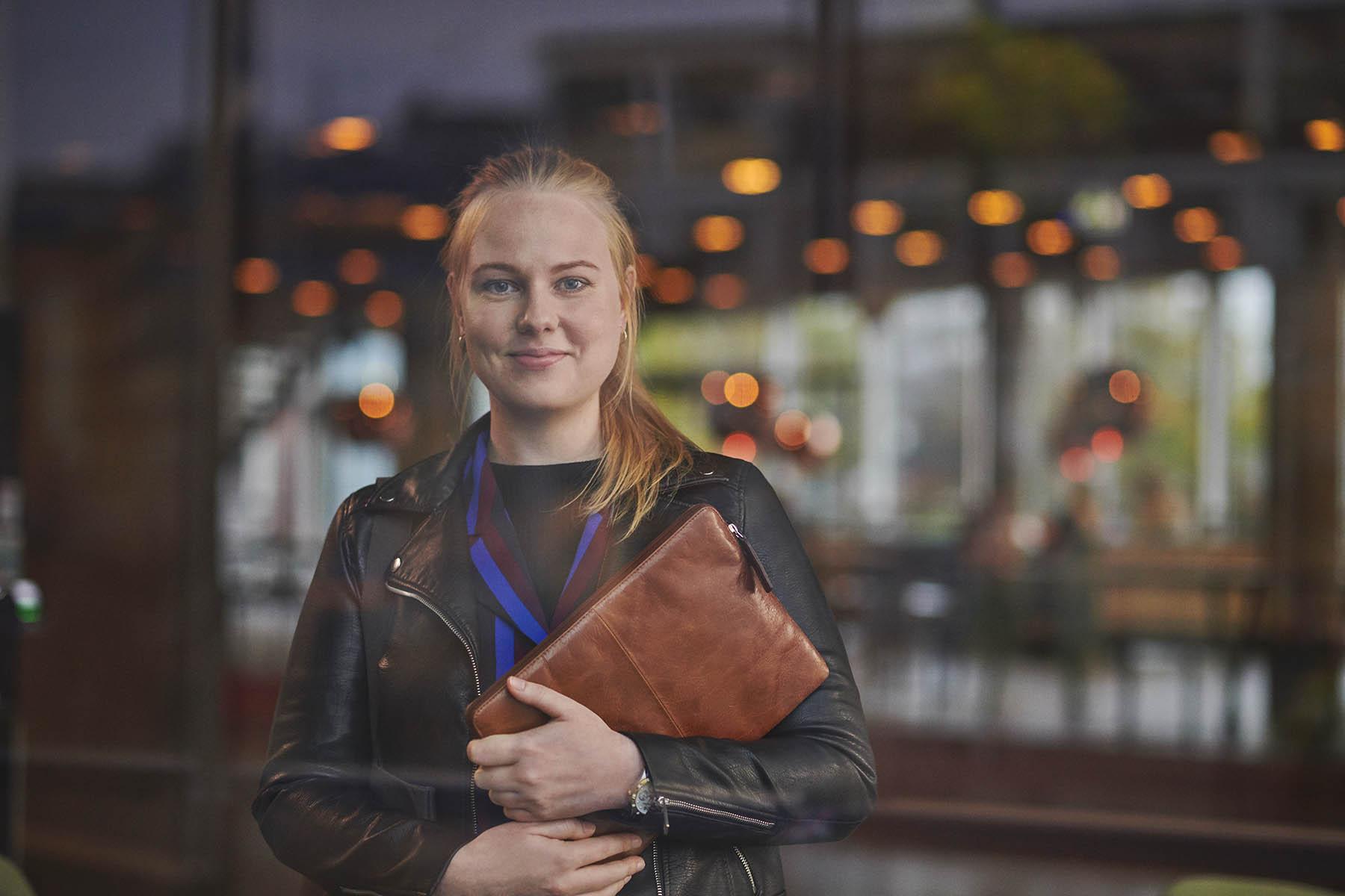 Administrationsbachelor - studerende på Købehhavns Professionshøjskole med taske