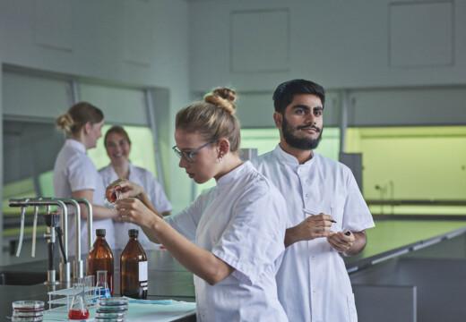 Bioanalytiker på Københavns Professionshøjskole i laberatorium.