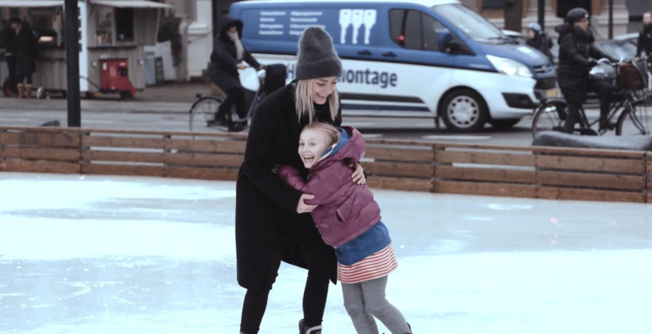 To Børnebuddies er ude at skøjte, og de griner og krammer