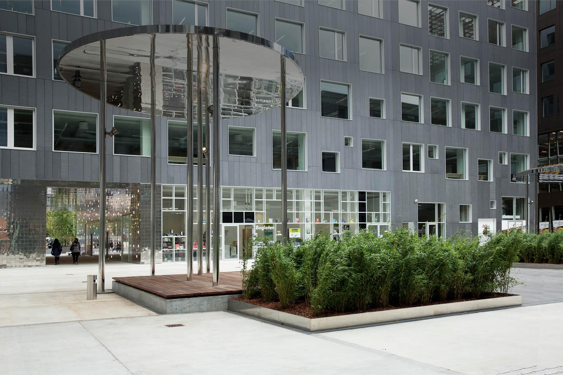 På torvet mellem bygningerne på Campus Carlsberg ses et kunstværk