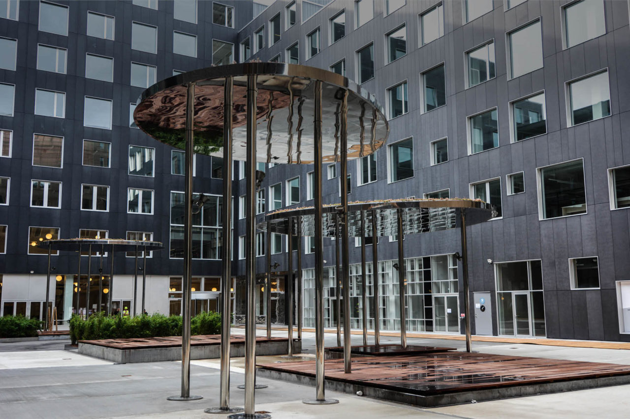 På torvet mellem bygningerne på Campus Carlsberg ses et kunstværk i bronze