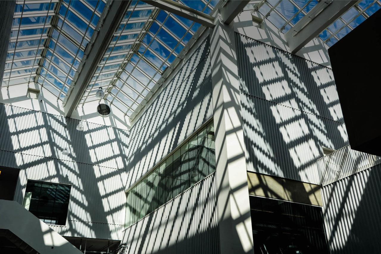 Glaspartiet på Campus Carlsberg giver udsigt til en blå himmel