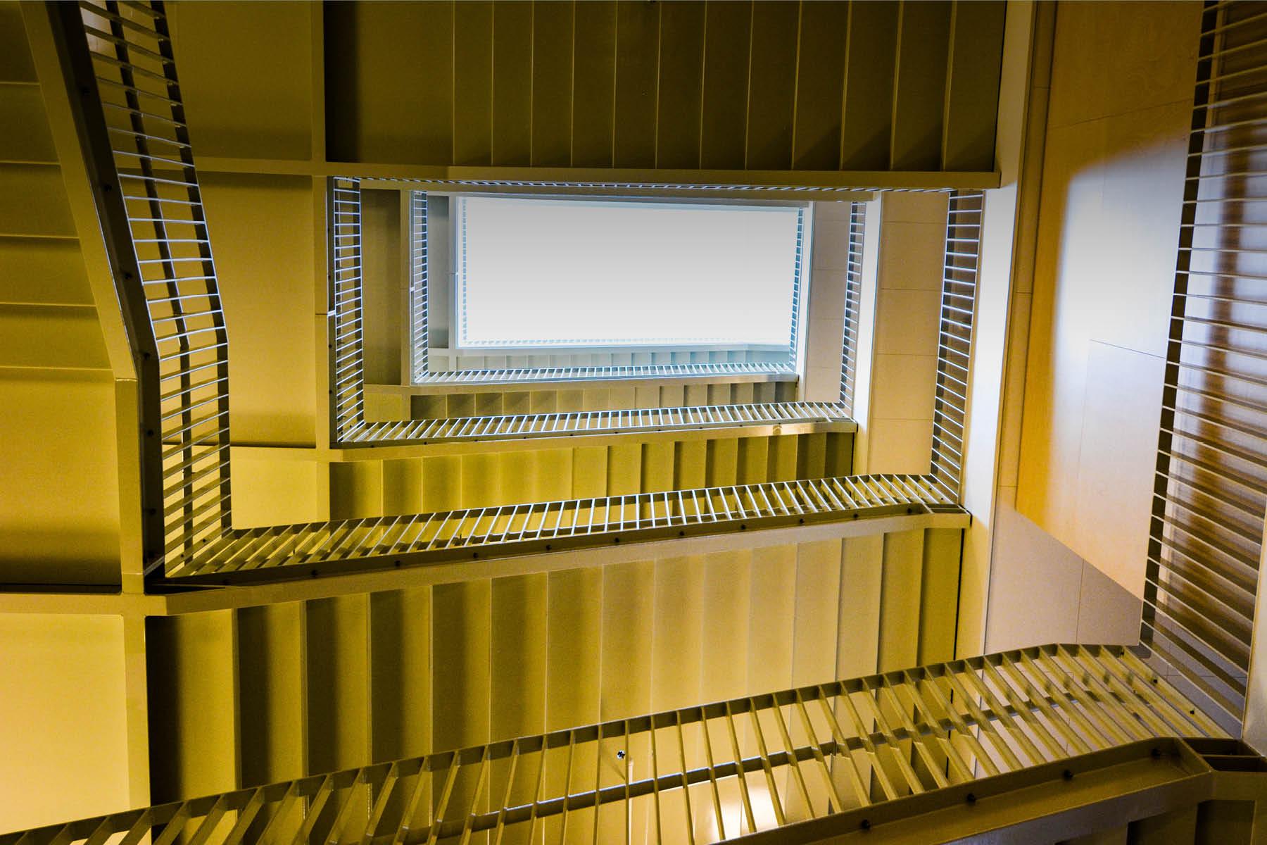 En trappeopgang ses nedefra