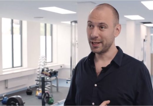 Fysioterapeut interviewes i træningslokale