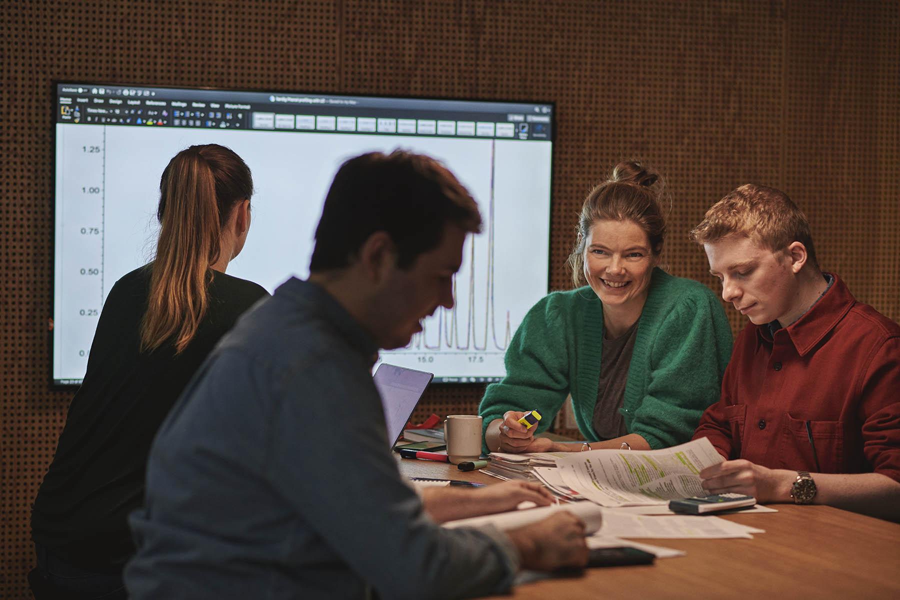 Studerende fra laboratorieteknologi løser gruppearbejde