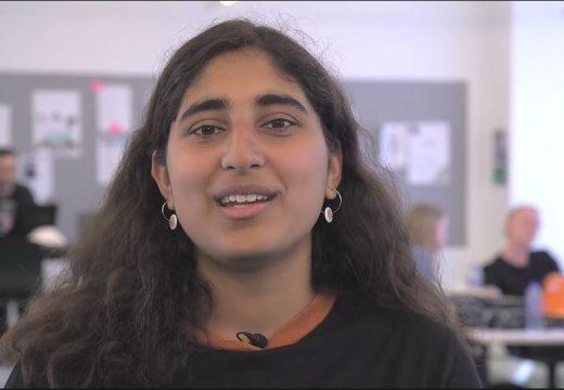 Kvindelig pædagogstuderende med mørkt langt hår, nærbillede