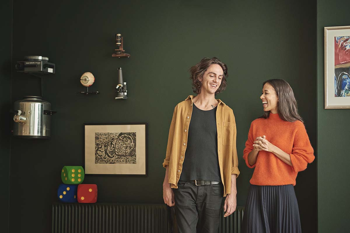 To pædagogstuderende foran en grøn væg