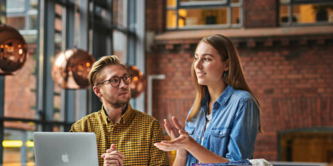 En mandlig og en kvindelig studerende fra socialrådgiveruddannelsen diskuterer gruppearbejde