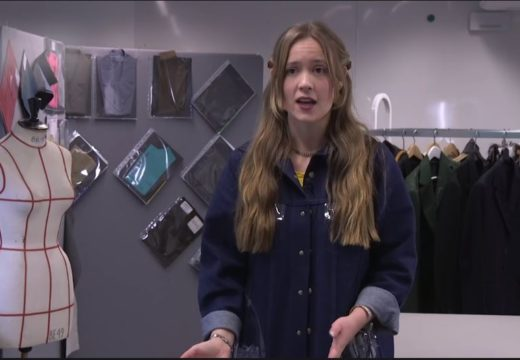 En studerende fra uddannelsen til tekstilformidler fortæller om sin uddannelse, mens hun står i et design-værksted
