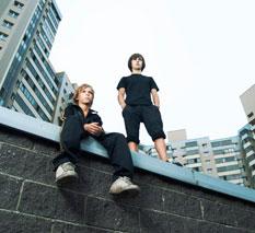 Drenge på mur