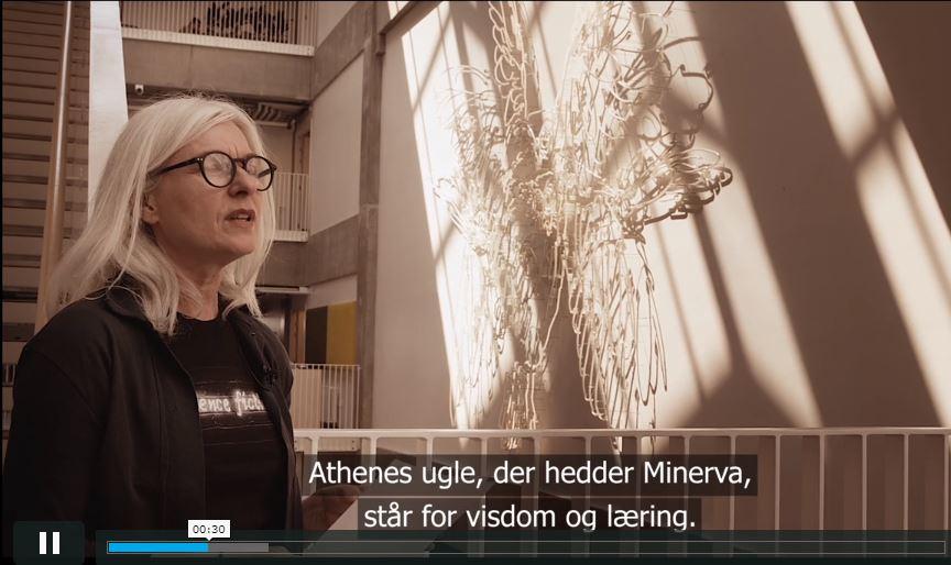 Billedkunstner Ann Lislegaard står ved sit værk på Campus Carlsberg