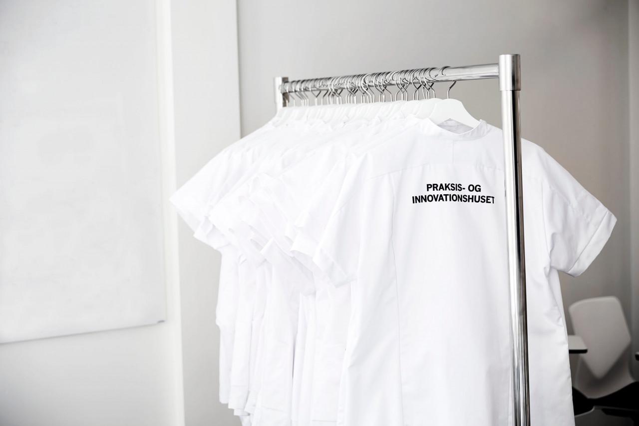 Hvide kitler på et tøjstativ