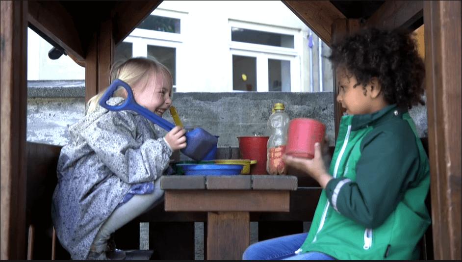 To børn i et legehus