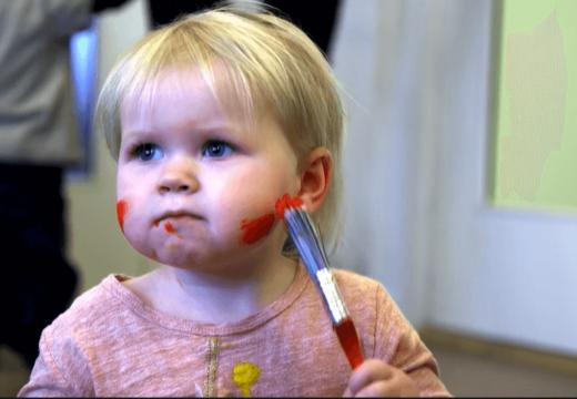 Lille pige maler sig i hovedet