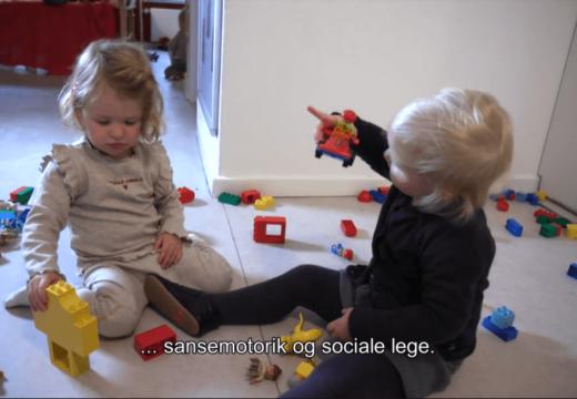 To børn leger med lego duplo