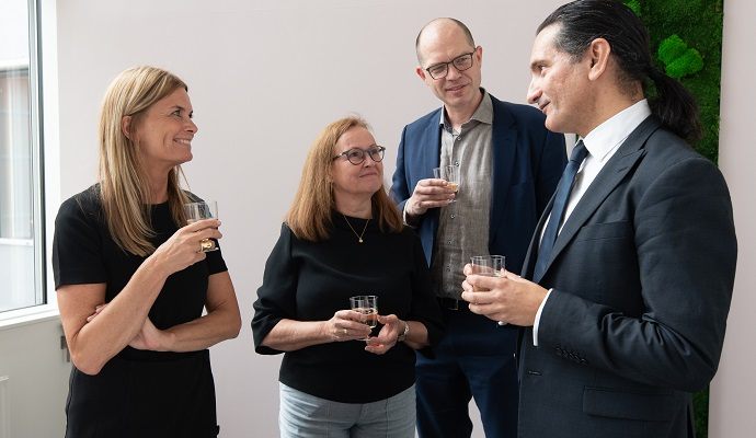 Randi Brinckmann, Anette Kjeldal Lausten og Tobias Høygaard Lindeberg fra KP med professor Sam El-Osta