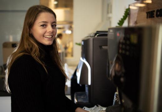 Lærerstuderende ved kaffemaskine