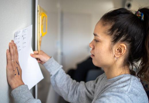 Lærerstuderende noterer opmålinger på papir