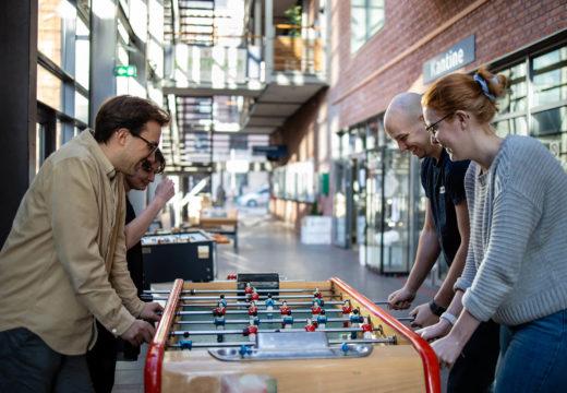Fire lærerstuderende spiller bordfodbold