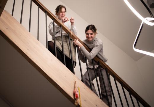 To lærerstuderende med dukke i snor på trappe