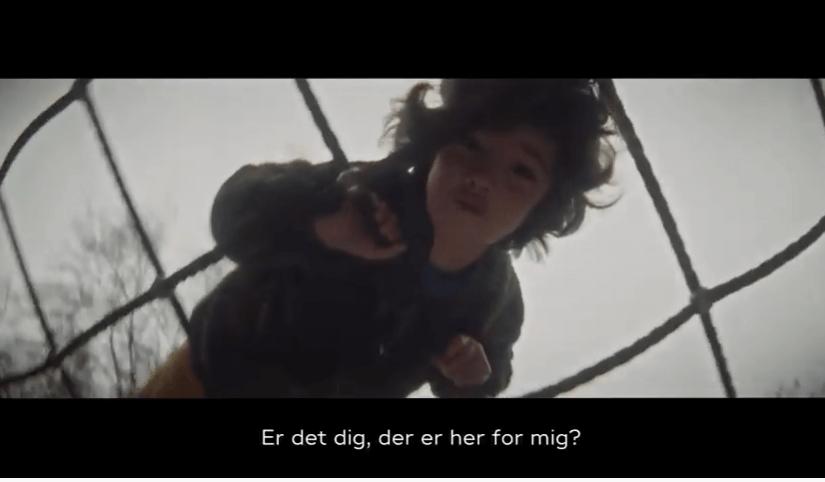 Dreng på klatrestativ