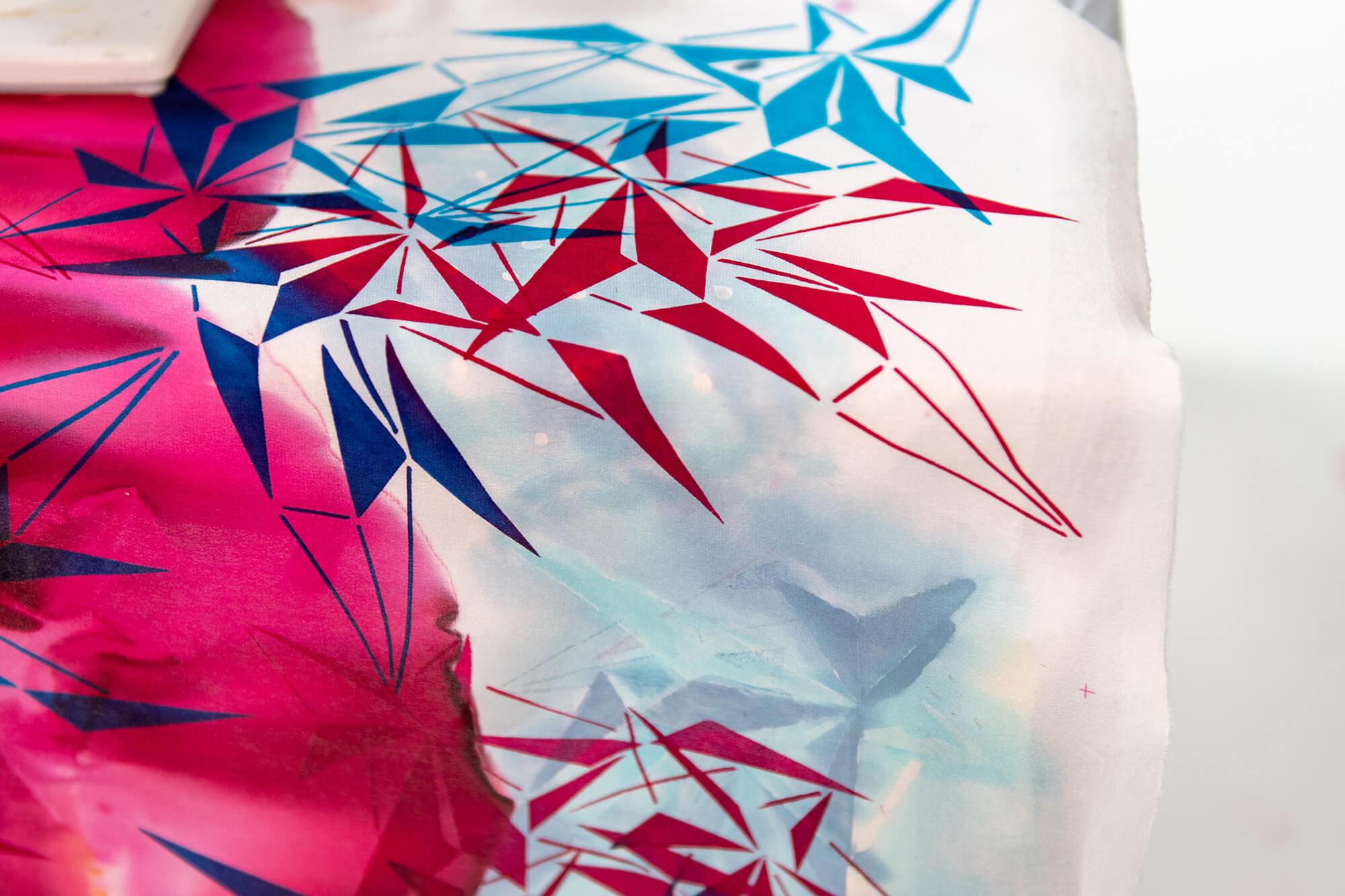 Tekstiltryk i pink, blå, rød og hvid