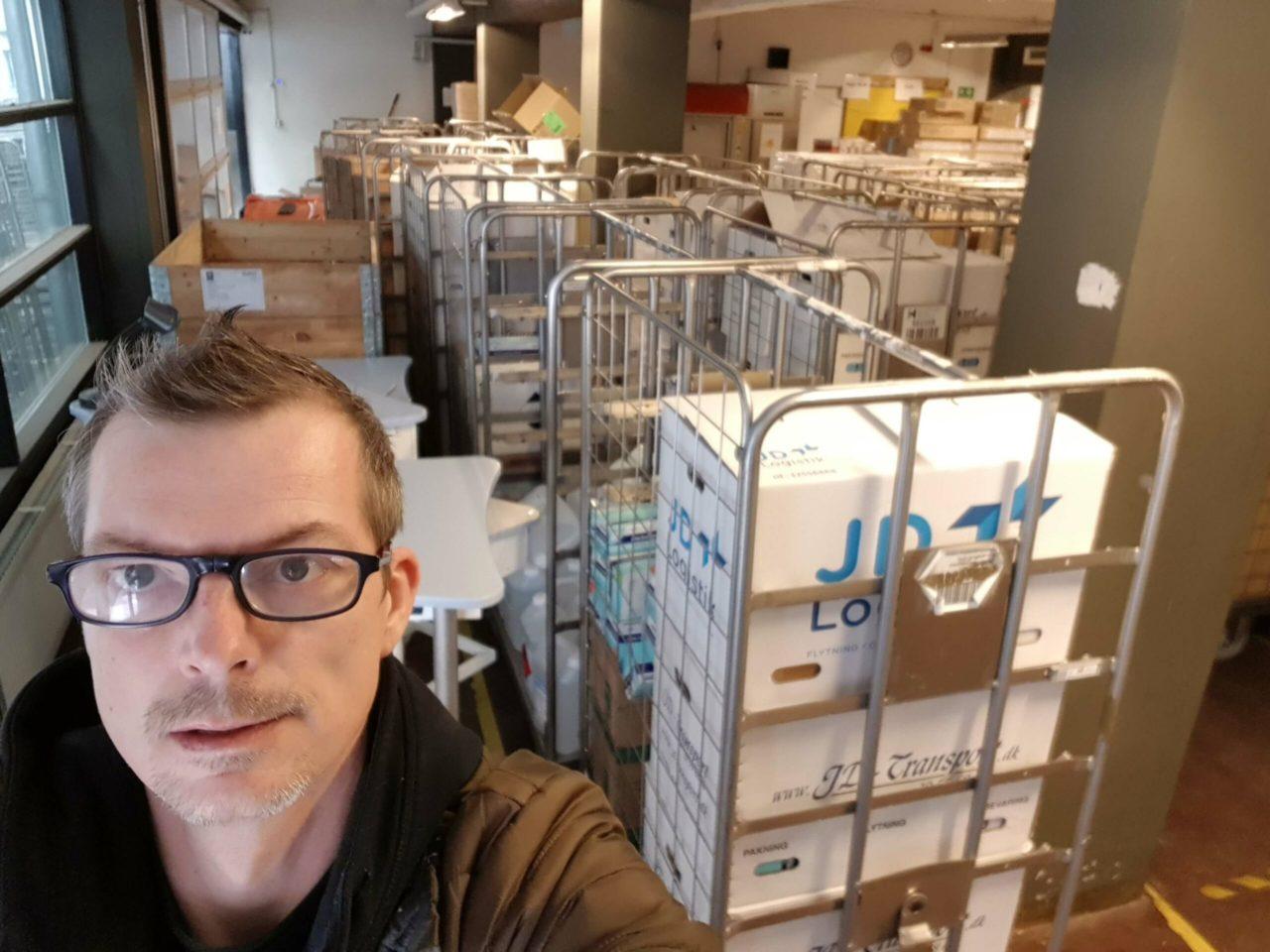 Driftsmedarbejder Emil Weye Hansen fra Københavns Professionshøjskole ankommer til Nordsjællands Hospital med to vognfulde værnemidler til kampen mod coronavirussen