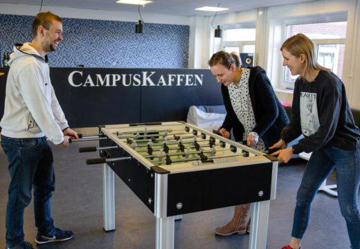 Tre studerende spiller bordfodbold på Campus Nordsjælland
