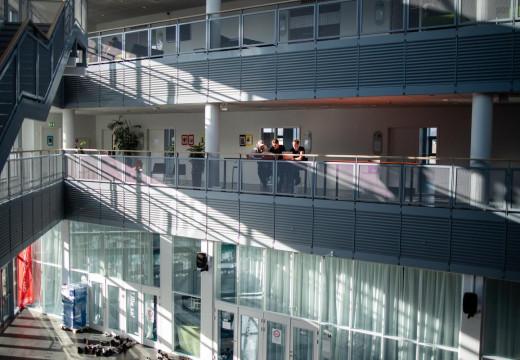 Solen skinner ind i fællesareal på Campus Nordsjælland