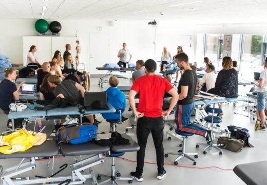 Flere studerende lytter til deres underviser i fysioterapi