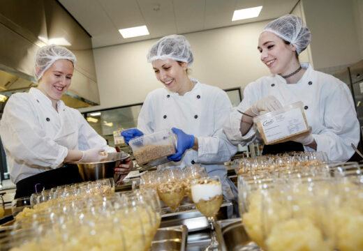 Studerende fra uddannelsen Ernæring og sundhed anretter mad