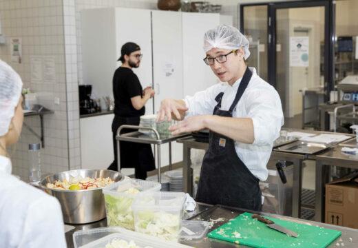 Mand i køkken står og taler til studerende fra uddannelsen Ernæring og sundhed
