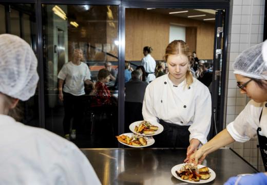 Studerende fra uddannelsen Ernæring og sundhed server mad