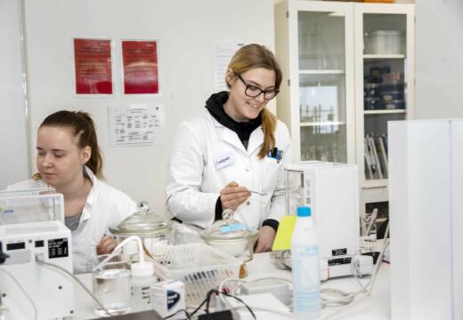 To kvindelige laborantstuderende laver laboratoriearbejde