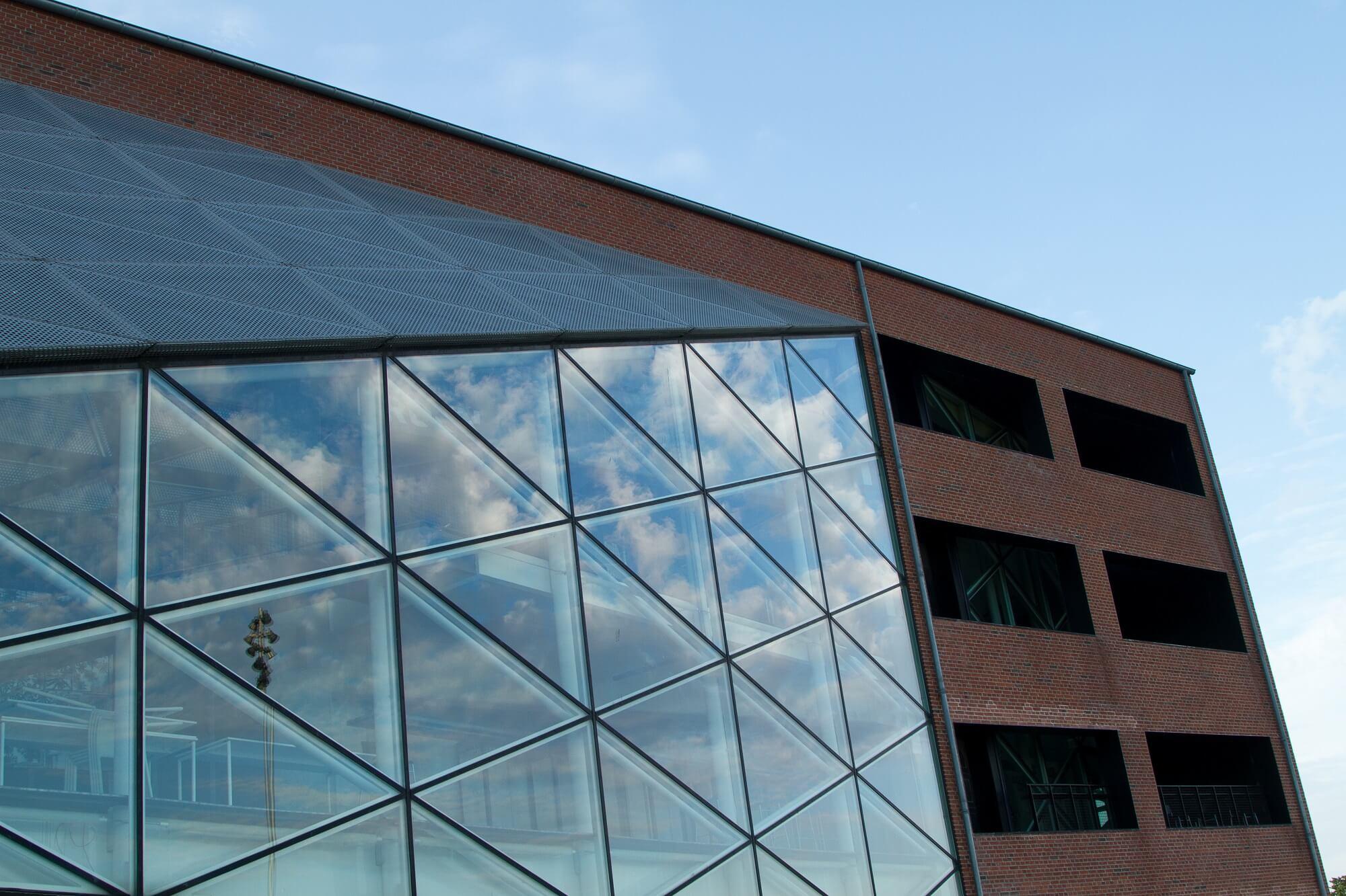Campus Nordsjælland ses udefra med det store glasparti.