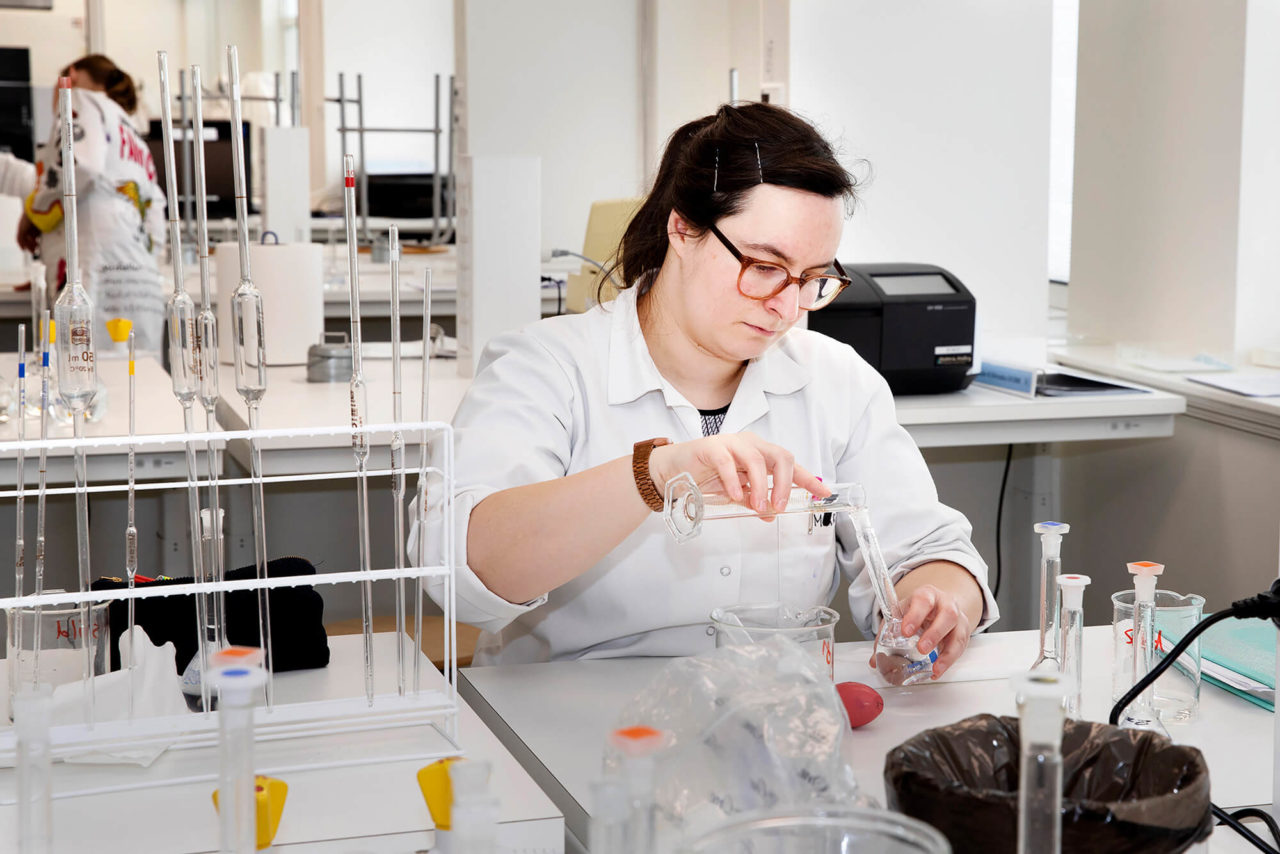 Kvinde arbejder i laboratorium