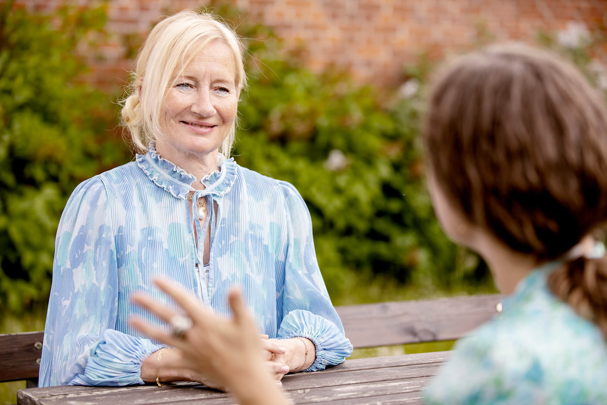 To kvinder i samtale