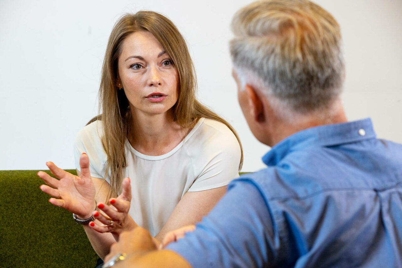 Kvinde og mand i samtale
