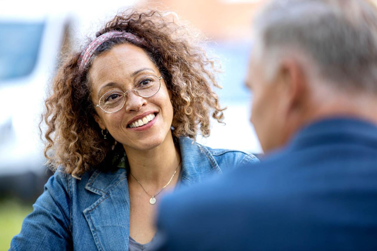 Kvinde i samtale med mand